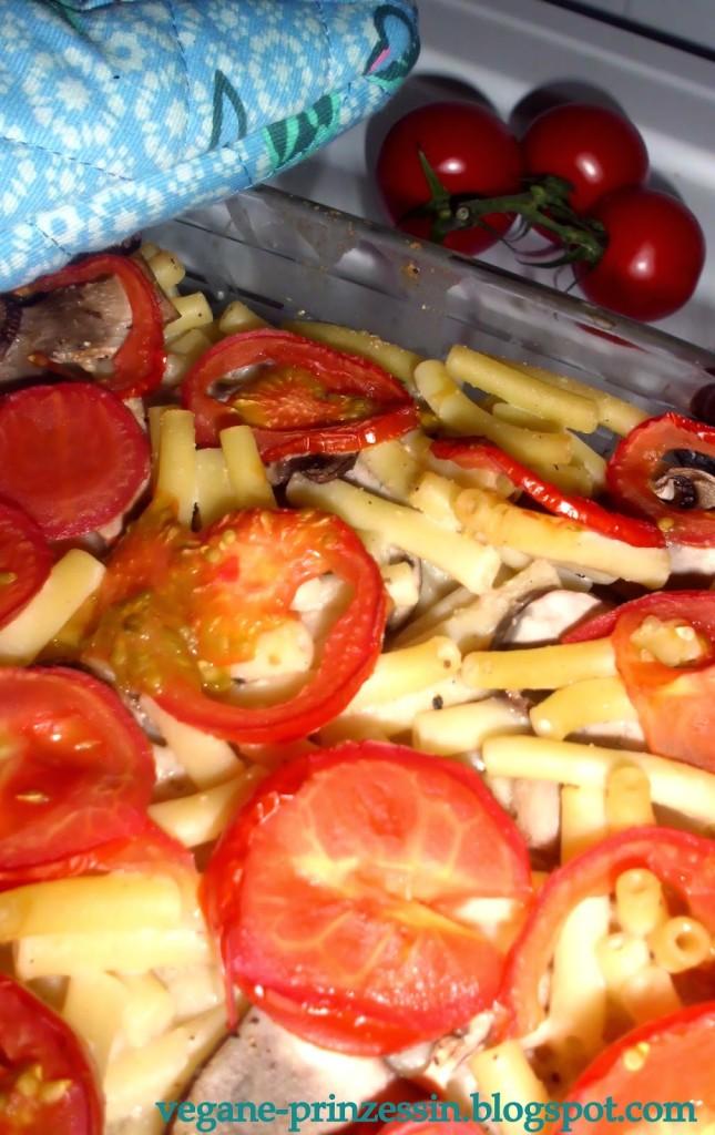 Nudel-Auflauf mit Pilzen und Tomaten (vegan)