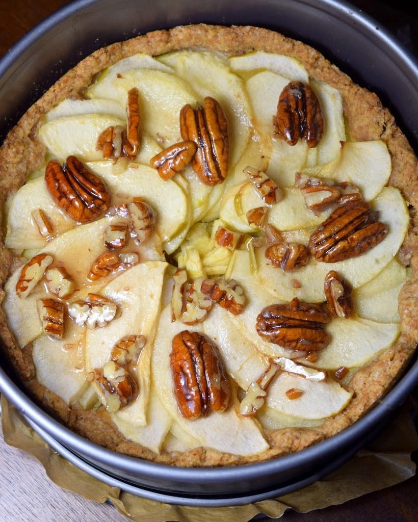 Veganer Apfelkuchen mit Karamell-Apfel-Sirup und Pekannüssen
