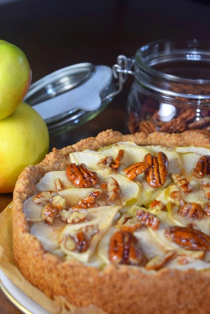 Veganer, saftiger Apfelkuchen mit karamellisierten Nüssen