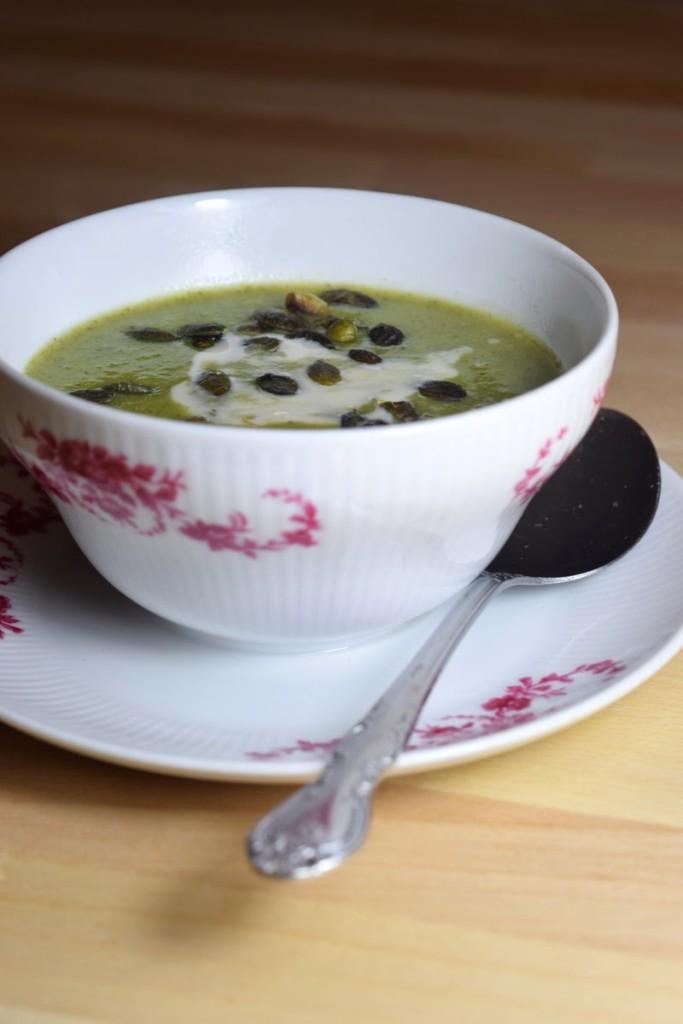 Vegane Broccoli-Creme-Suppe mit Kürbiskernen