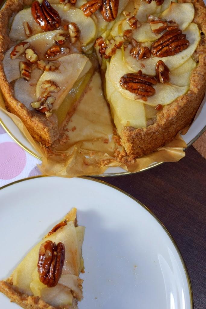 vager saftiger Apfelkuchen mit Nüssen