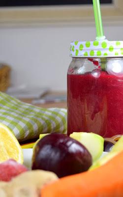 Pinker Rote-Rüben-Beeren-Smoothie (mit Stabmixer)
