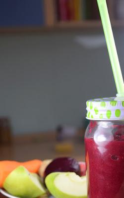Pinker Rote-Beete-Beeren-Smoothie (Stabmixer)