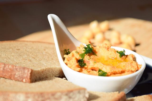 Für den Hummus werden die Zutaten in einen Mixer gegeben