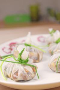 Reispapier-Säckchen mit einer Champignon-Schalotten-Füllung (vegan)