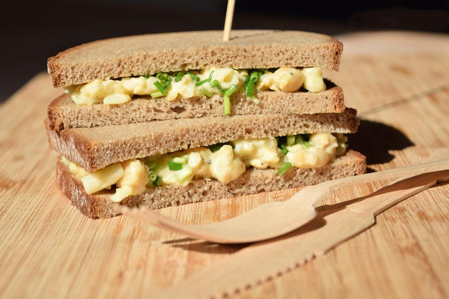 Sandwich mit veganem Eiersalat