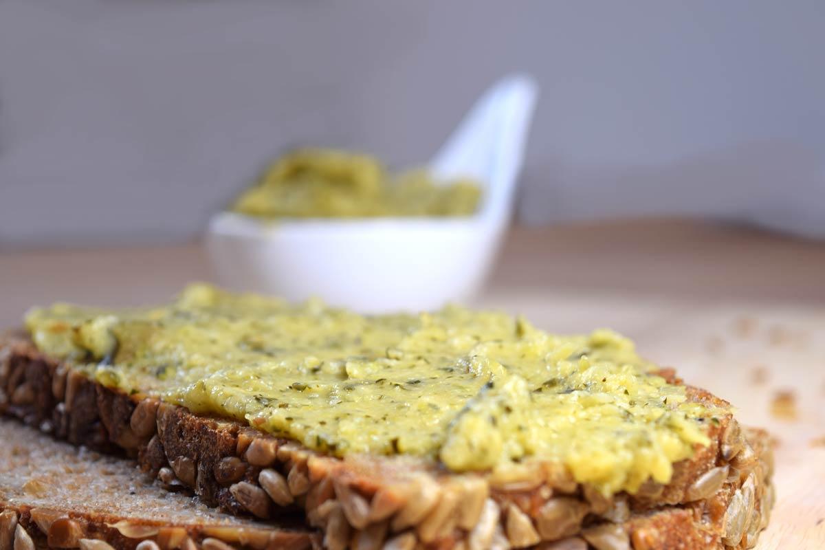 Zucchinipaste als veganer Brotaufstrich