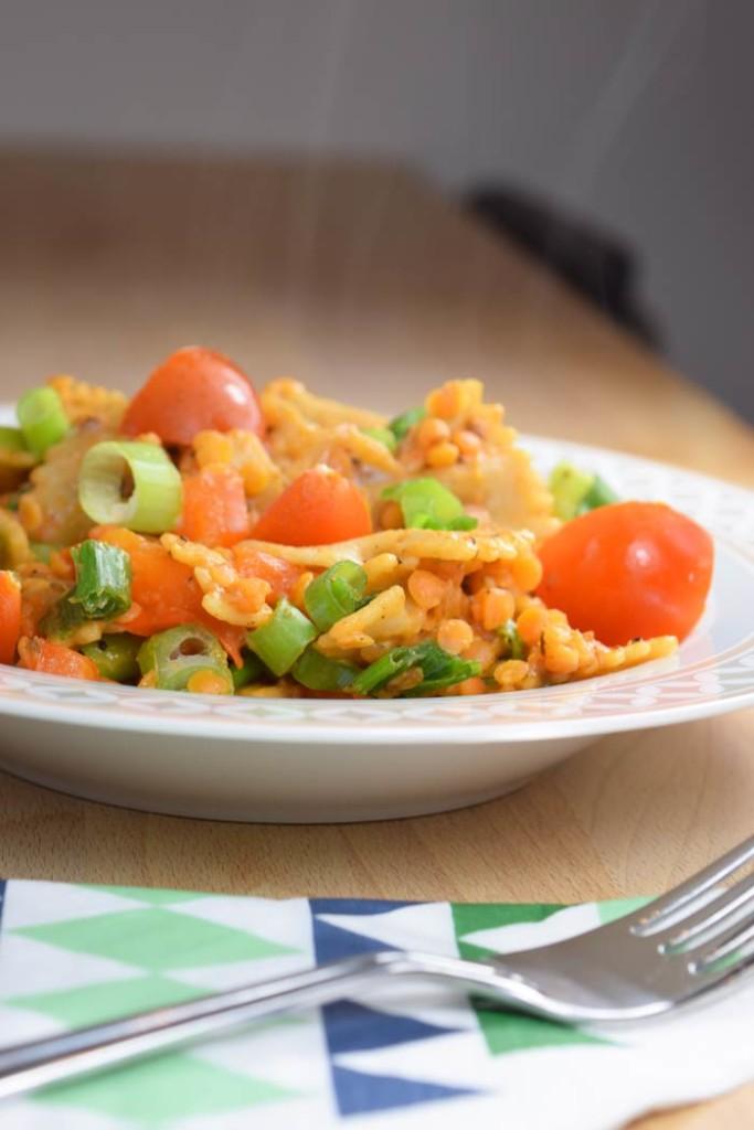 Orientalische Pasta mit Kreuzkümmel, Linsen, Paprika und Tomate