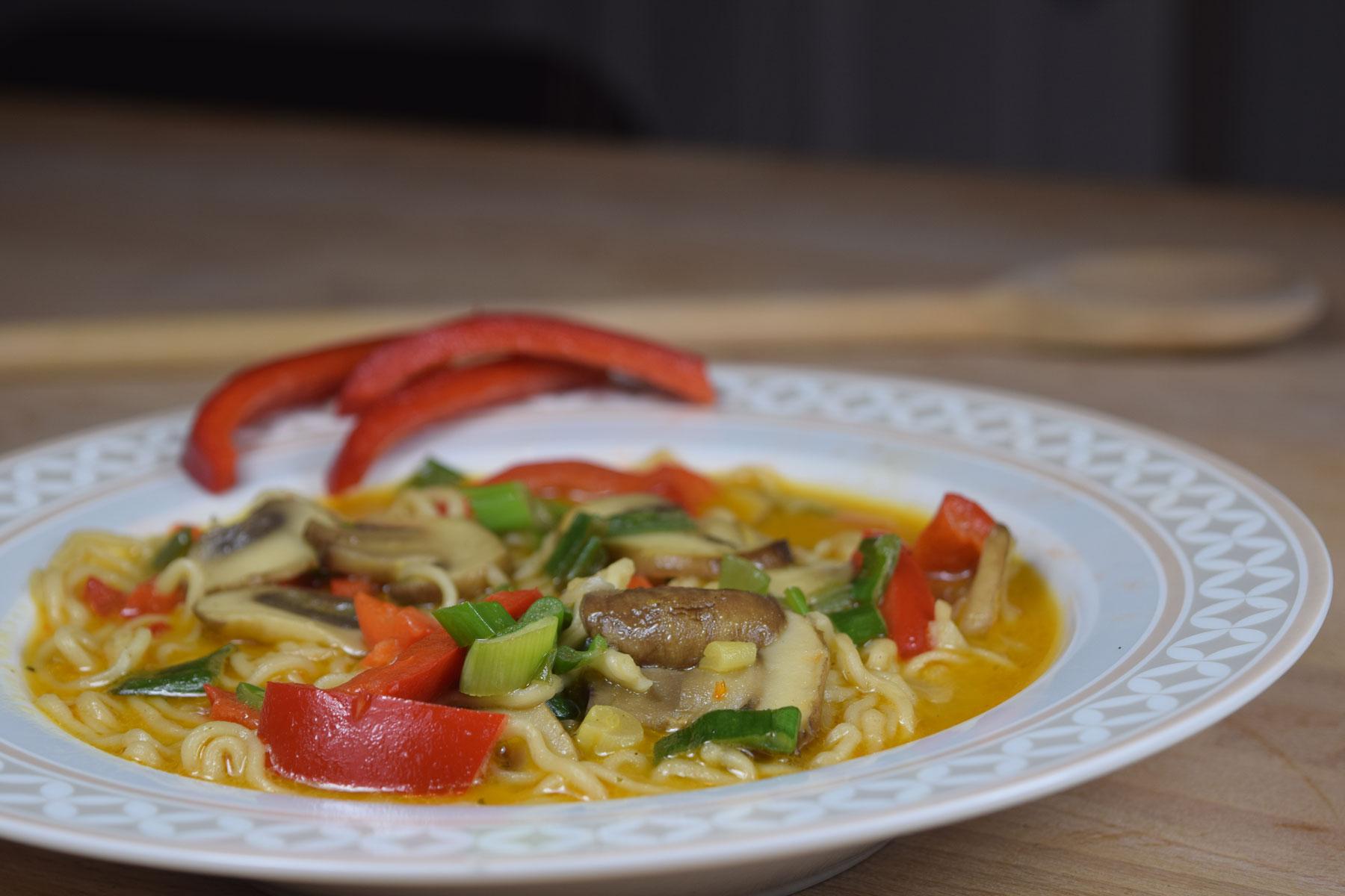 Vegane Curry-Gemüsesuppe mit Kokosmilch und Gemüse