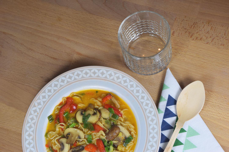 Currysuppe mit Kokosmilch, Nudeln und Pilzen (vegan)
