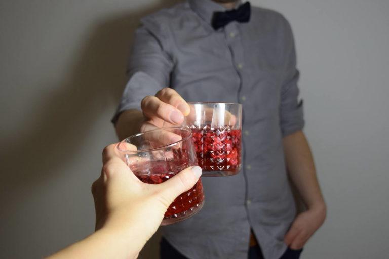 Cocktail (vegan) mit Gin und Himbeeren