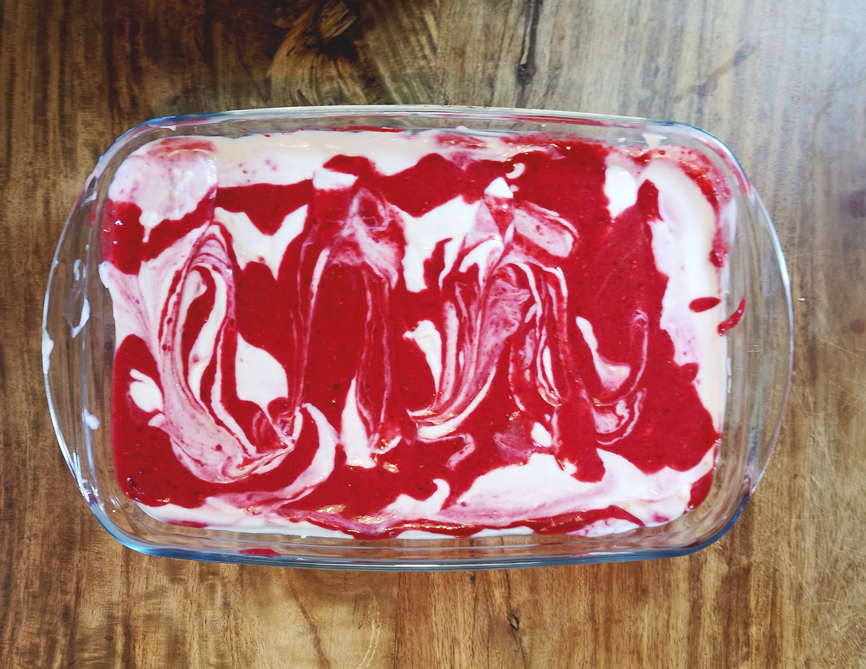 Schnelles veganes Joghurt-Dessert mit Himbeeren