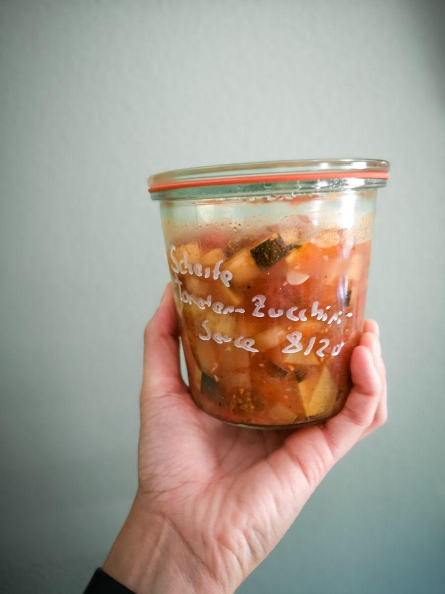 Vegane Tomaten-Zucchini-Sauce eingekocht