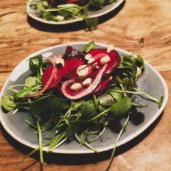 Wintersalat mit roter Bete und Winterpostelein