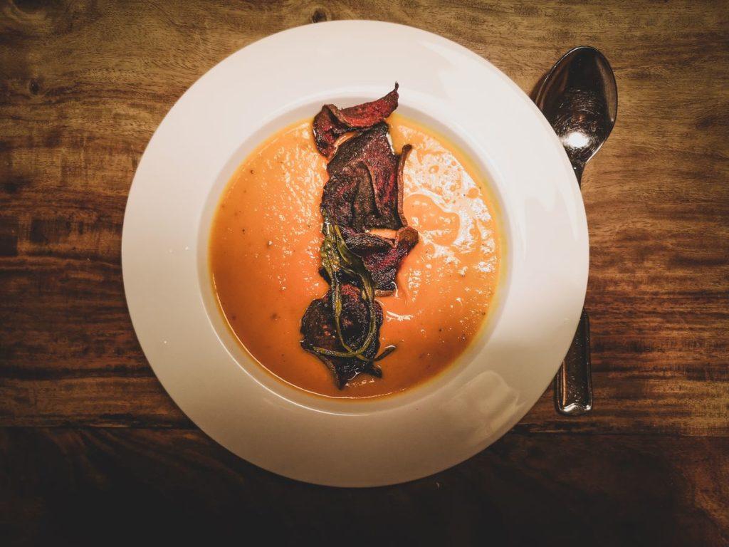 Kürbis-Gelbe-Bete-Suppe (Hokkaido) mit selbstgemachten Rote-Bete-Chips (vegan)