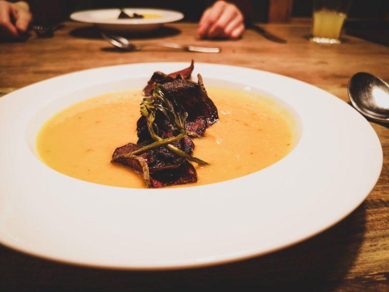 Gelbe Bete-Kürbis-Suppe mit Rote-Bete-Chips